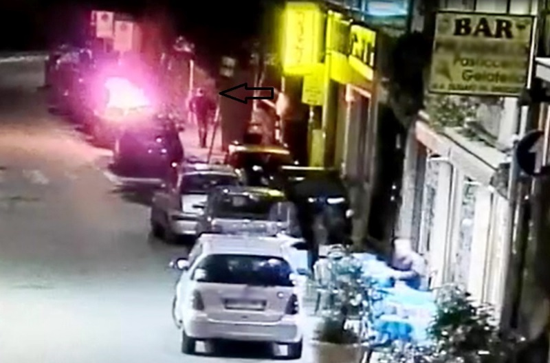 Filmato mentre incendia auto, arrestato piromane (video)