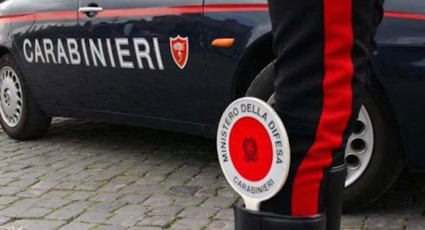 Maltratta ed estorce soldi all'anziana madre: arrestato 47enne