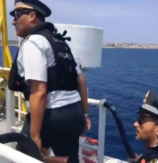 Sea Watch: sequestrati dalla Guardia di finanza i documenti di bordo (ft)