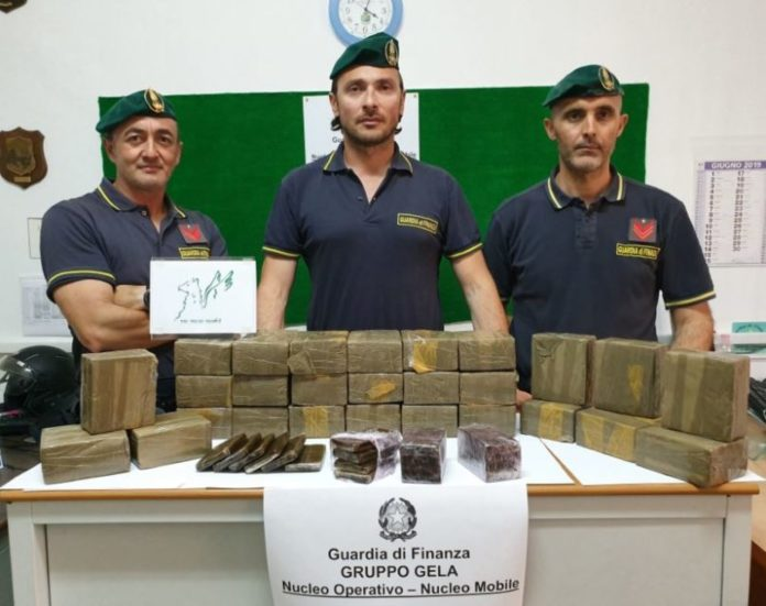 In taxi con 30kg di hashish: arrestata 35enne