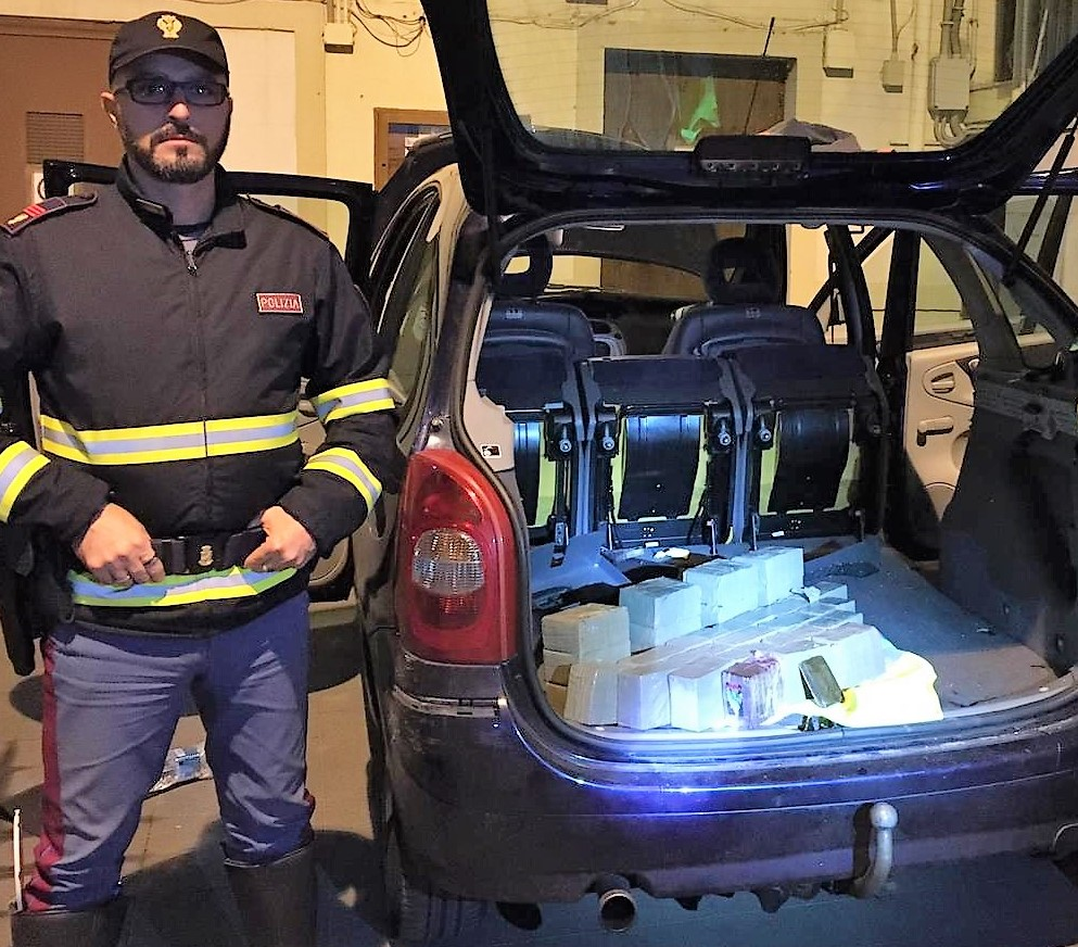 In auto con 30 kg di hashish. Arrestato 58enne